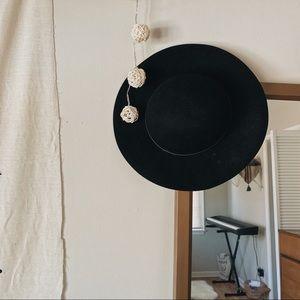 + BLACK FLOPPY FELT HAT +